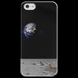 """Чехол для iPhone 5 глянцевый, с полной запечаткой """"Тем временем на Луне..."""" - отдых, космос, земля, луна, слежка"""