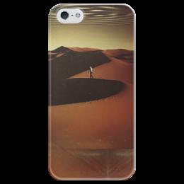 "Чехол для iPhone 5 глянцевый, с полной запечаткой ""Traveler In The Desert"" - парень, солнце, небо, пустыня, песок"